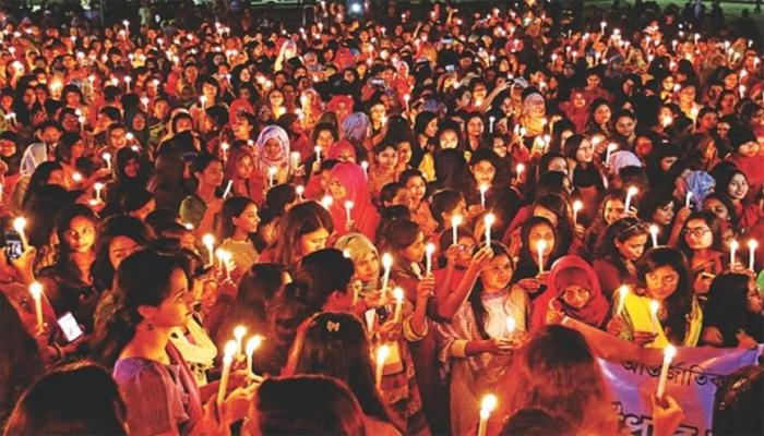 মোমবাতির আলোয় 'আঁধার ভাঙার শপথ'